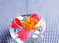 鱼缸中的花瓣高清图片