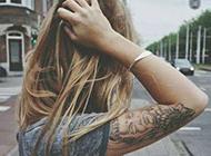 欧美美女彩色花臂纹身图片