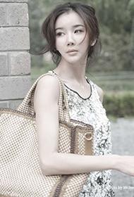 中国女演员孙菲菲秋日时尚街拍