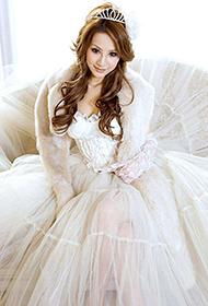 美眉身穿白色婚纱梦幻写真