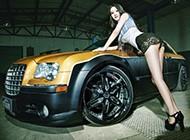美女车模与改装后的克莱斯勒300c浪漫邂逅