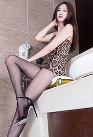 黑丝豹纹Vicni性感美腿写真