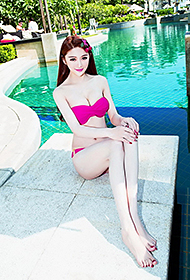 嫩模李馨诺玫红比基尼泳池写真