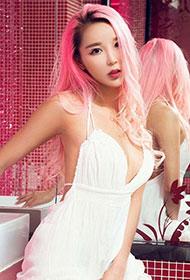 粉色头发模特龙儿性感狂野私房写真