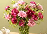 餐桌上的玻璃花瓶高清图片