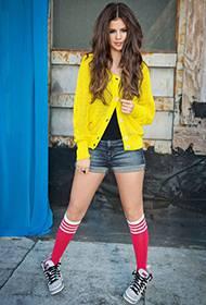 赛琳娜·戈麦斯热裤大秀美腿户外照