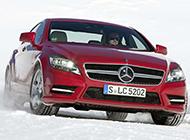 冬日雪地中的奔驰汽车图片