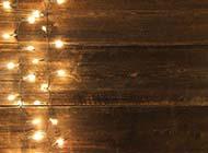 简约时尚木板与彩灯背景图片