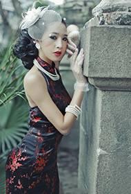 少妇复古装扮尽显古典美人范十足