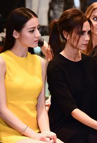 迪丽热巴出席异国时尚盛典 与辣妹维多利亚共看秀