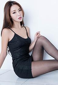 美女模特Emma制服黑丝大秀美腿
