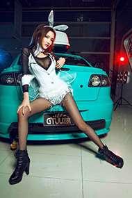 妖娆妩媚的模特黑丝美腿比香车更诱人组图