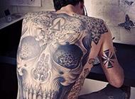欧美帅哥满背纹身图案炫酷个性