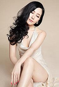 刘梓妍香槟长裙大秀性感裸背