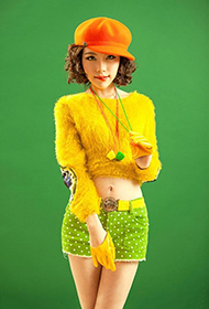 嫩模绿色小热裤展清新活力魅力