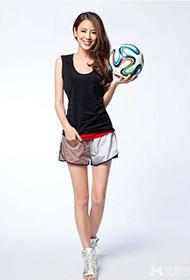 江语晨变身足球宝贝 甜美笑容显青春洋溢