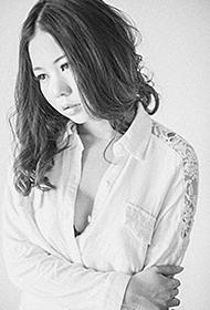 轻熟女时尚白衬衫性感写真