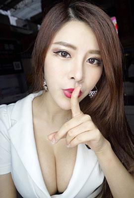 广州车展模特美女芷健Young高清自拍图片