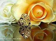 唯美的心形首饰与黄玫瑰摄影图片