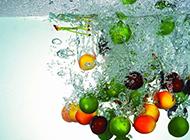 水中动感水果特写图片壁纸