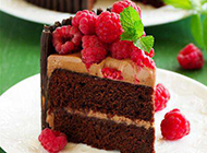 精致的巧克力树莓蛋糕图片