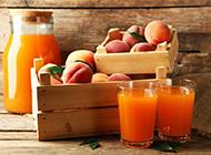 鲜榨水蜜桃果汁高清图片