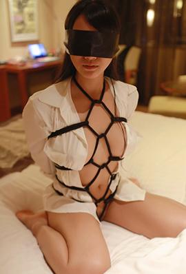 妩媚模特猩一室内捆绑人体摄影图