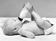 宝宝喝奶的搞笑图片