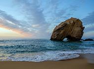 温暖的海边沙滩夕阳浪漫风景图片
