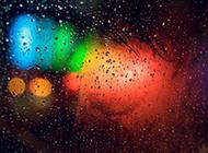 下雨天窗外霓虹灯的背景图片