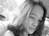 有故事的女生黑白带字头像图片