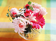 玻璃瓶中的粉嫩插花花束