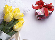 淡雅的嫩黄色郁金香花束