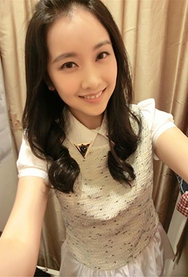 台湾美女李佳玲自拍美照笑容迷人