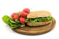 三明治图片 砧板上的三明治与甜菜摄影高清图片
