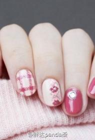 2017新款粉嫩显白的贴钻搭配彩绘美甲图片