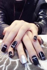 2017新款简单又好看的黑色搭配银色亮片光疗美甲图片