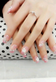一款适合结婚的粉色QQ甲搭配雕花和贴钻新娘美甲款式图片