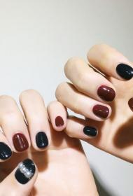 黑色和咖啡色跳色款搭配珍珠装饰法式美甲图片