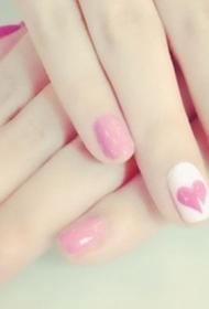 水嫩的粉色爱心图案美甲图片