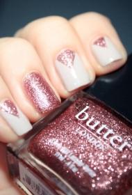 简单的粉色三角形亮片搭配白色平头短指甲美甲图片