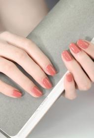 简单的裸色显白短指甲美甲图片