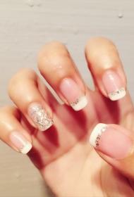 简单又好看的法式指甲搭配亮片装饰美甲图片