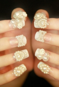 奢华珍珠装饰法式新娘美甲图片