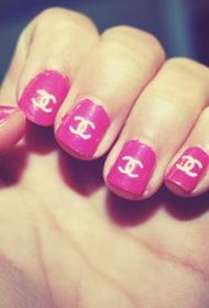简单的香奈儿图案粉色平头彩绘美甲款式图片
