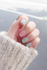 简单又好看的小清新浅蓝色搭配粉色显白光疗美甲图片