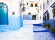 唯美山下小镇图片 蓝白相间的清新小镇唯美风景图片