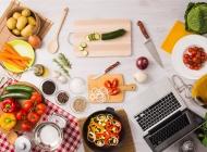 桌子上的笔记本和蔬菜