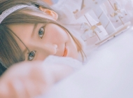 日系甜美美少女室内写真电脑宽屏桌面壁纸下载