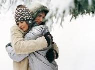 雪中拥吻的情侣甜蜜电脑壁纸